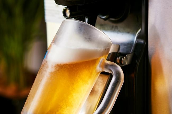 生ビールは自動サーバーでセルフサービス