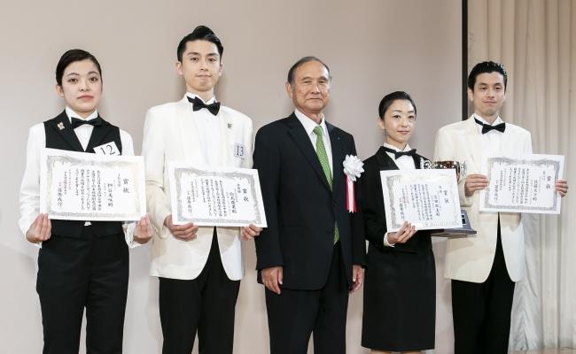 左から二番目が白鳥慶果。中央は日本酒造組合中央会 篠原成行会長。(画像:日本酒造組合中央会提供)