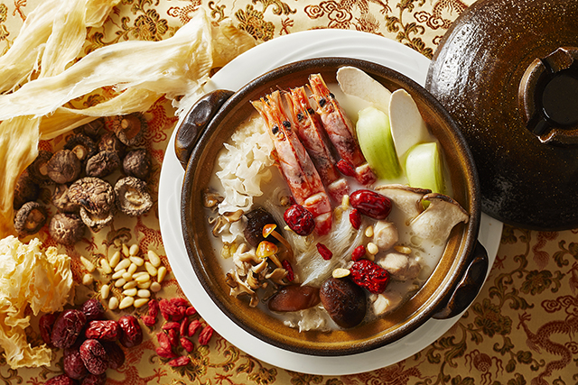 気仙沼産フカヒレと有頭海老の薬膳食材の白湯鍋