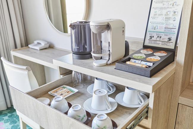 ボックス入りのアメニティや着心地の良いバスローブ、淹れたての美味しさが楽しめるコーヒーメーカーを常備