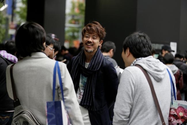 ファンの方と交流する 木村アートディレクター