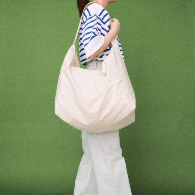 日常のあらゆるシーンで活用して頂くことを想定し、大容量のショップバッグが誕生しました。