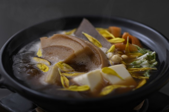煎り大豆出汁の精進鍋。煎り大豆と赤味噌の上澄みで味をつけたお出汁でいただく鍋