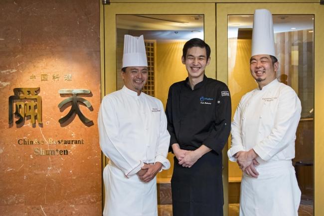 「舜天」料理長・比嘉(左)、総料理長・加納(右)とともに