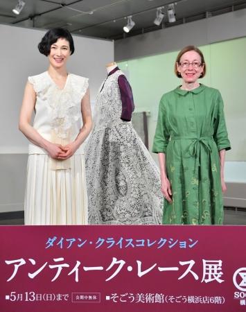 展示会場で撮影に応じる安田さん(左)とクライスさん