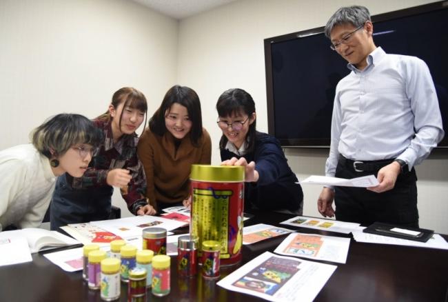 デザインを考える右から室賀豊社長、同社のデザイナー、岡学園トータルデザインアカデミーの学生