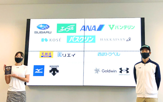 当社が発行する「BBB認定証」を手にする鬼塚雅選手(左)