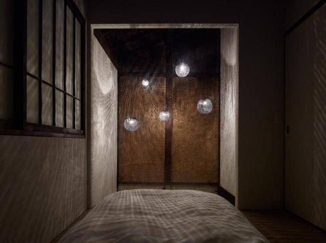 <2階副寝室と土間の吹き抜けにかかるオリジナル照明>