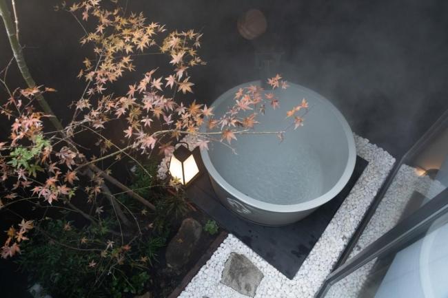 <坪庭に設置された露天風呂>