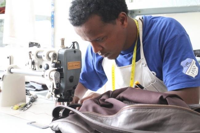 アディスアベバの工房で、新製品「Cocoon」の生産に当たる現地職人