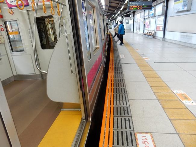 《注意喚起ライン(施工例京王稲田堤駅)》
