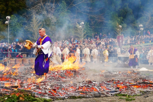 髙尾山火渡り祭(昨年の様子)