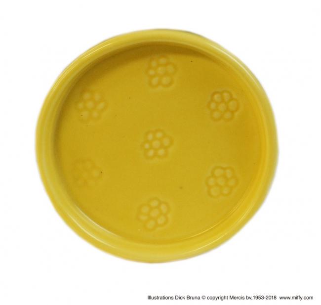 受け皿型のソーサーがセットでついてきます。
