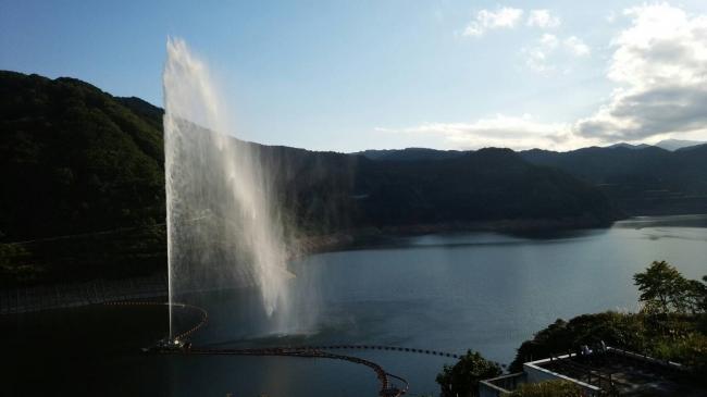 噴射高112mの月山湖大噴水