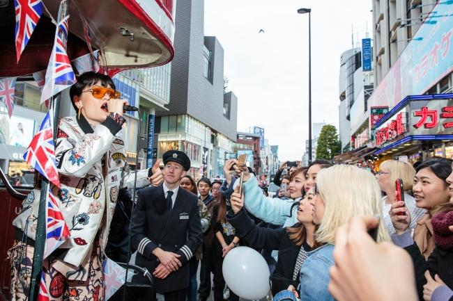 ロンドンバスの中から歌声を披露するジェシーJ