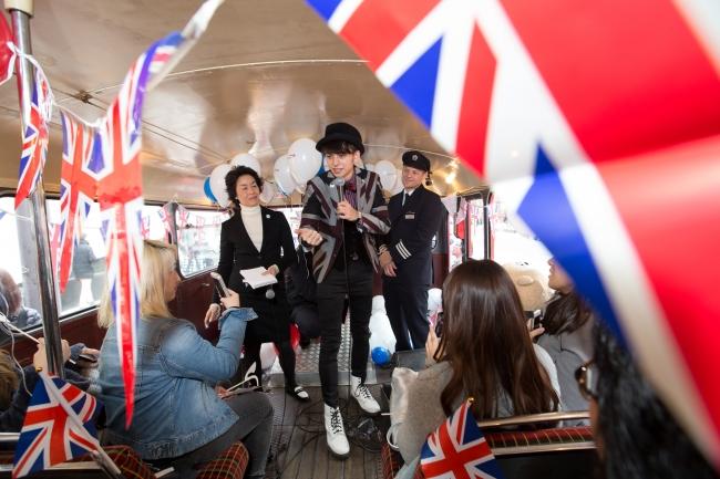 乗客に英国の楽しさを伝えるハリー杉山さん 乗客に英国の楽しさを伝えるハリー杉山さん ロンドンバス