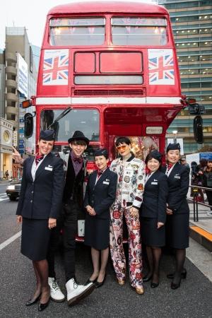 ジェシーJとハリー杉山さん ロンドンバスの前でブリティッシュ・エアウェイズのクルーと共に