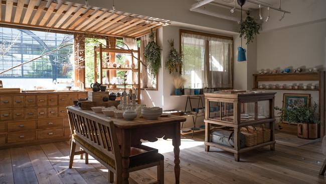 アンティーク家具と陶磁器。