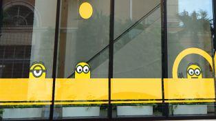 エントランス横のウインドーに描かれたグラフィックの「ミニオン」たちが皆さまを歓迎。