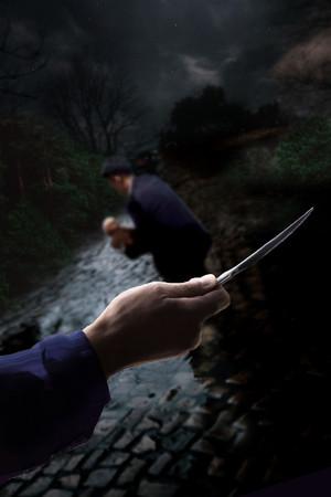 刃物を持った男が殺気をまとい、