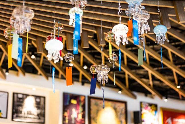 レストランでもクラゲ型の風鈴で夏の涼を演出(イメージ)