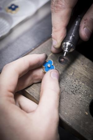 セーヴル焼のアルハンブラ モチーフを 研磨する