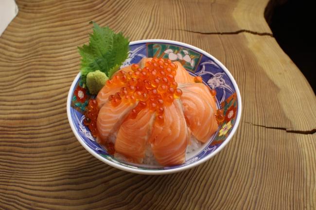 いくらサーモン丼 1500円(税込)