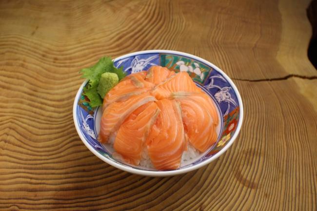 サーモン丼1000円(税込)