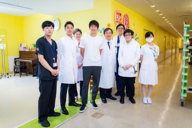原口選手と病院スタッフの皆様  2018年に新病院棟がオープン。小児病棟は明るく、爽やかな空間