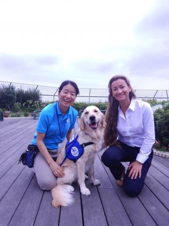 写真7:監修ドッグトレーナーのキャサリン・ドール(写真右:監修ドッグトレーナー)。神奈川県立こども医療センターへのアニー導入研修時、屋上庭園にて。
