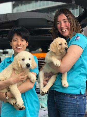写真6:職員の村田夏子(写真左、農学博士)と、専属ドッグトレーナーのマリーナ・ロドリゲス(写真右、専属ドックトレーナー)。羽田空港にて、日本初上陸したときの様子。