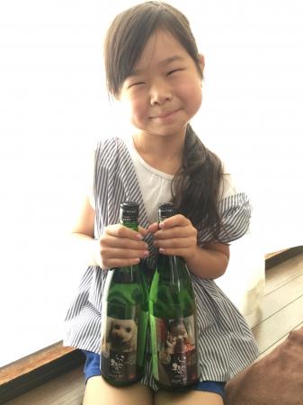お孫さんの写真のラベルの日本酒をギフト用に。