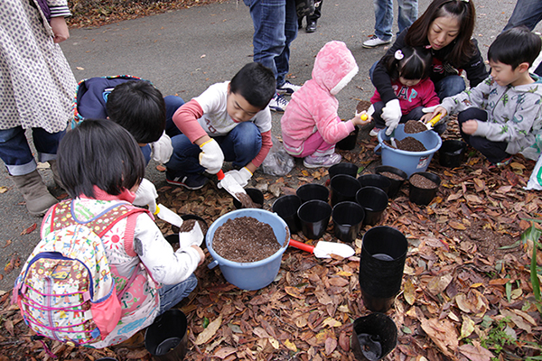 どんぐりの苗木を子どもたちと一緒に植樹
