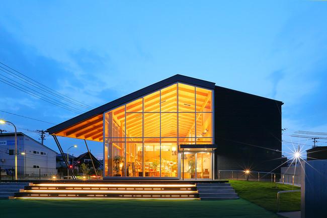 ガラス張りが特徴的なセンターハウス