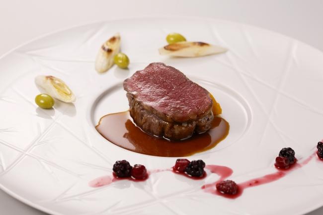 【欧風料理】ラルドで覆った鹿ロース肉のロースト ベリーソース添え