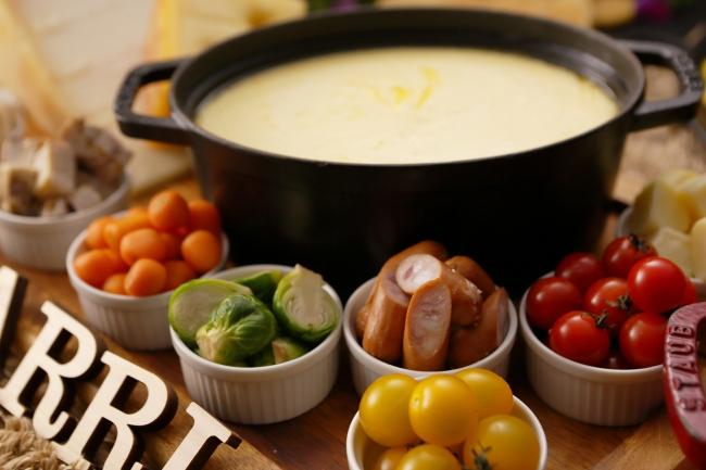 濃厚なチーズが楽しめる「チーズフォンデュ」