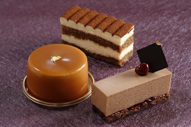 写真(右)グリオットチェリーのチョコレートケーキ (左)キャラメルポワール (中央)ティラミス