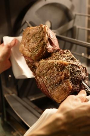 ロティサリーで焼き上げた「ローストビーフ」   (写真はイメージ)