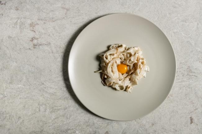 ディナー:イカソテーとうずらの卵 炭のソース