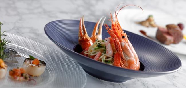 (写真中)海老と蟹のパスタ グレープフルーツの香り