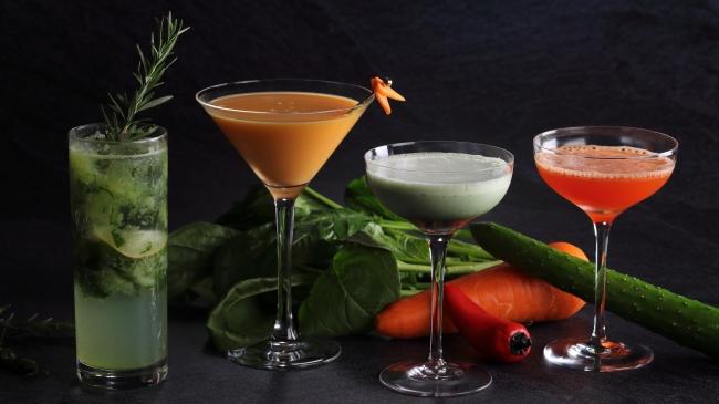 (写真左から)胡瓜とローズマリーのジントニック、キャロット・スノーボール、青汁のグラスホッパー、フルーツパプリカのカクテル