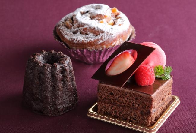 (写真手前右)バレンタイン チョコレートケーキ(写真手前左)チョコレートのカヌレ・ド・ボルドー(写真奥)アーモンドチョコレートロール