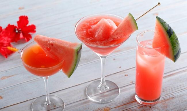 (写真左から)スイカのシンデレラ(ノンアルコール)、スイカのフローズンカクテル、スイカのソルティドッグ