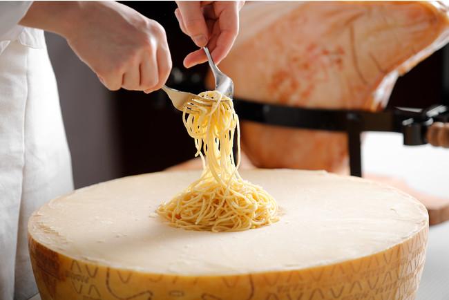 グラナパダーノチーズの器で作るスパゲッティ