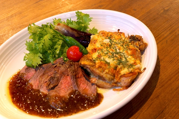 AUS産アンガス牛のステーキとチキンの香草パン粉チーズ焼き ハーフ&ハーフ盛り合わせ