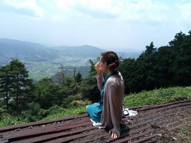 この茶畑で取れたお茶を、茶畑を目の前にして飲む、かけがえのない体験
