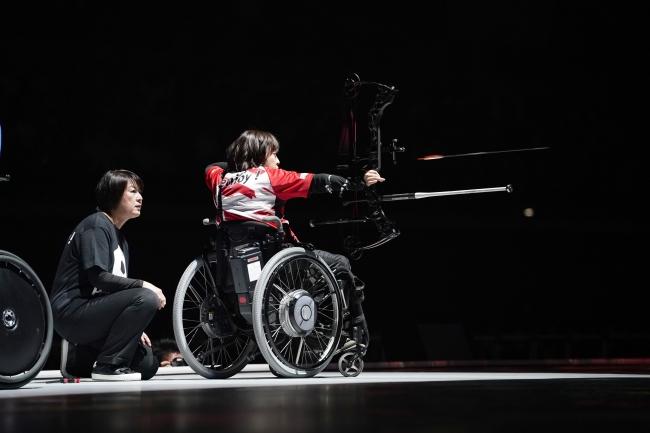 アーチェリー(コンパウンド)のデモンストレーションを披露する 岡崎選手