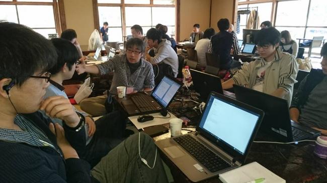 星野リゾート青森屋で開催された「青森観光アプリ開発コンテスト」(主催:青森県)でファシリテーションを行うエイチタス代表原亮(写真中央)