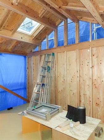 2階は吹き抜け天井で天窓も設置します