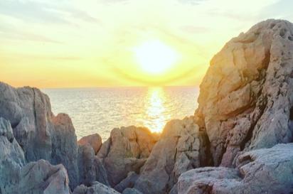 The Caravan in 白亜の石巌(せきがん)夕日が沈む様子は圧巻。